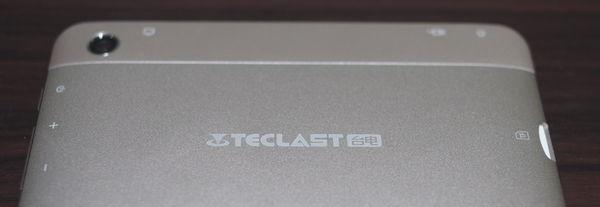 Teclast P80 Pro 背面ロゴ
