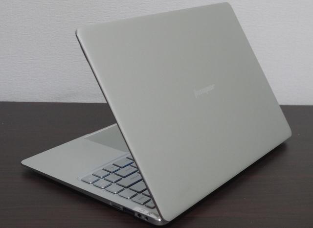 Jumper EZBook X4 IPS パネル版、斜め後方より