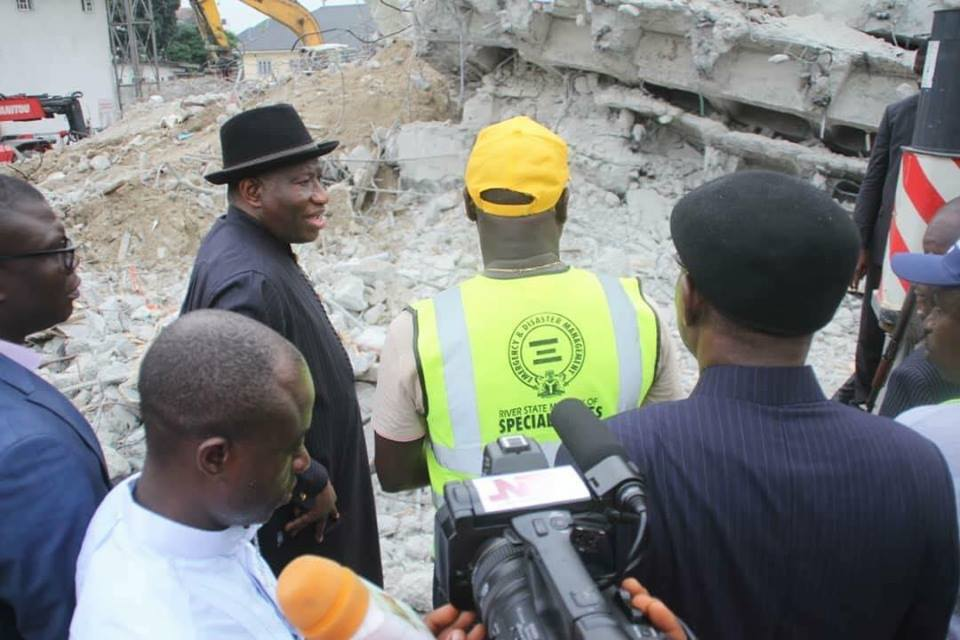 Goodluck Jonathan Visits Collapsed Building in Rivers State (1)