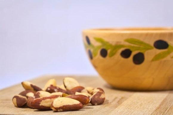 Imagem mostra algumas castanhas do pará sobre uma mesa.