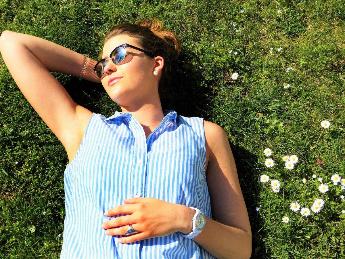 Imagem mostra uma mulher tomando um banho de sol.