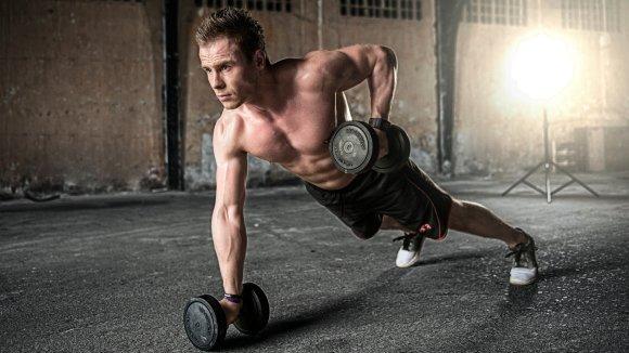 Imagem mostra um homem se exercitando.
