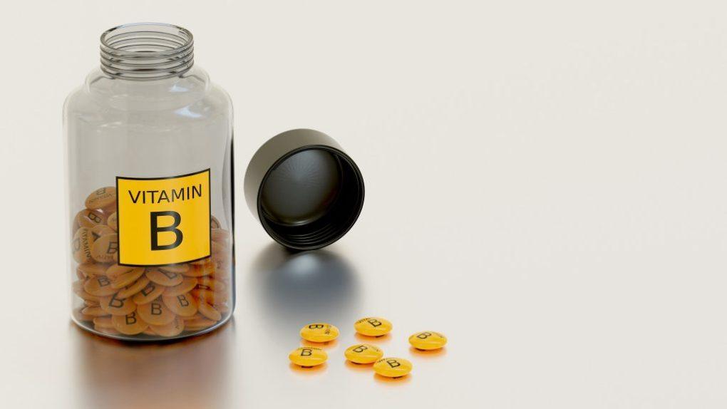 Imagem mostra suplementos de vitamina B em tabletes.