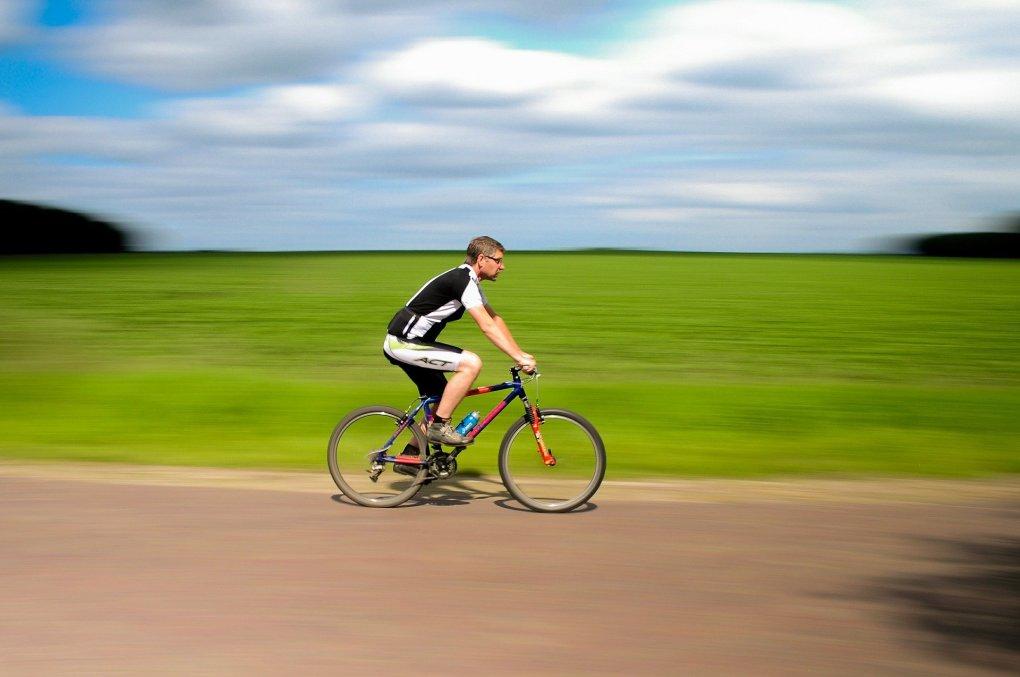 Imagem mostra um homem pedalando.