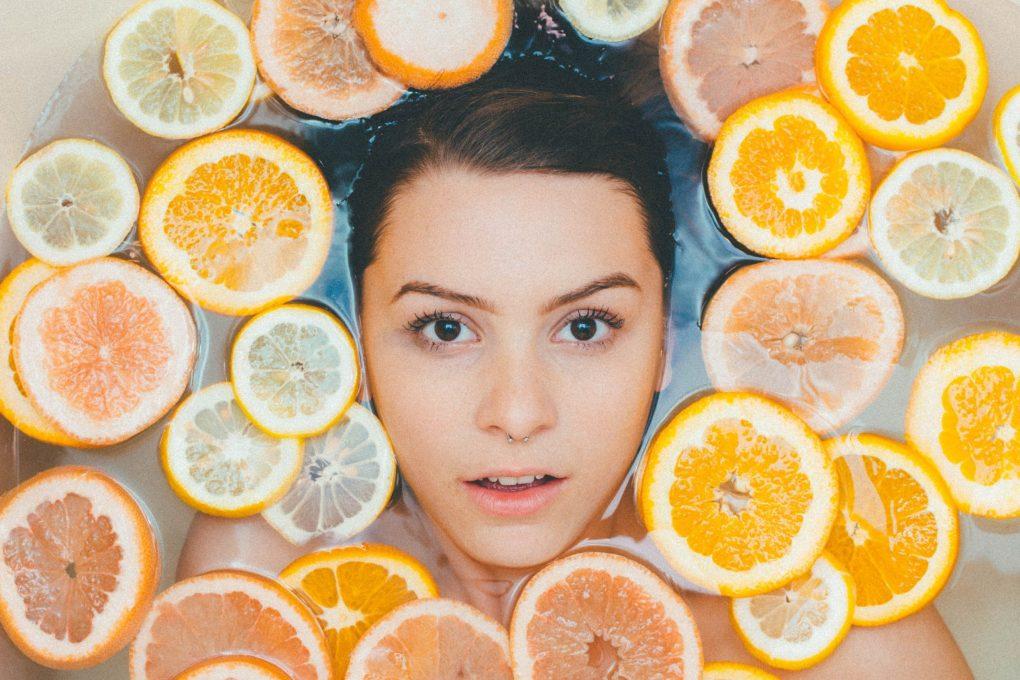 fille dans le bain avec de la vitamine c