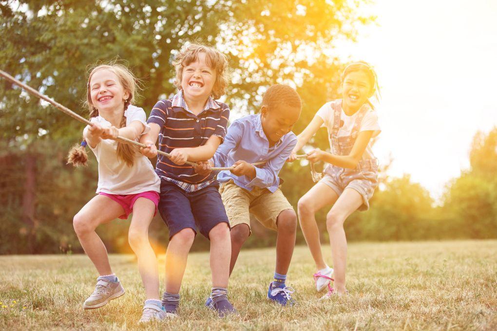 bambini che giocano al tiro alla fune al parco