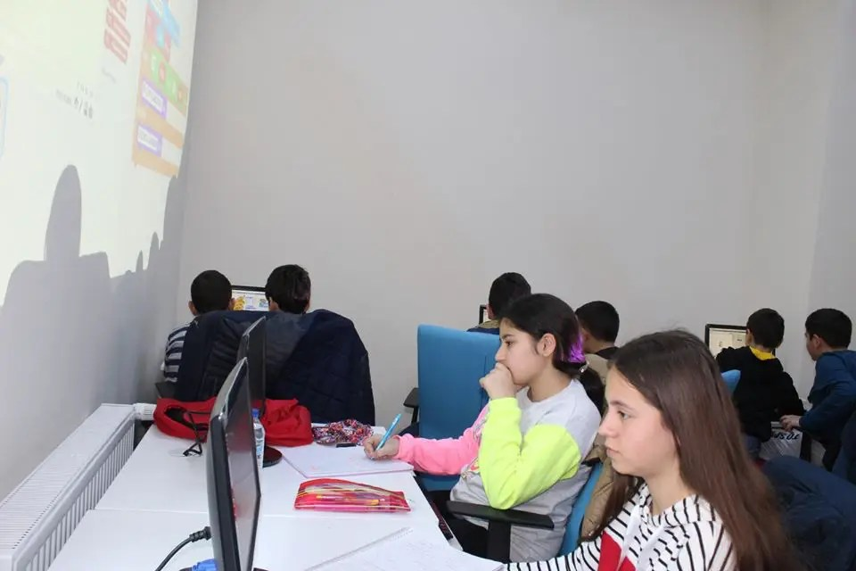 Gençlik ve Spor Bakanlığı tarafından ülke genelinde gençlik merkezlerinde 'Kod Adı 2023 Projesi' hayata geçirilerek, proje kapsamında gençlere algoritma, programlama, web ve mobil uygulama geliştirme, elektronik ve robotik alanlarında eğitimler verilecektir. Sungurlu Gençlik Merkezi, İlçemizde Gençlerimize Kod Adı 2023 projesi dâhilinde bu alanda gerek duyulan kursları başlatmış bulunmaktadır. | Sungurlu Haber