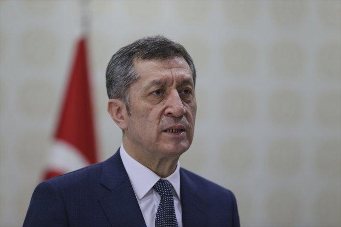 Milli Eğitim BakanıZiya Selçuk, koronavirüs nedeniyle eğitimde alınan yeni kararları açıklamak üzere kameralar karşısına geçti.