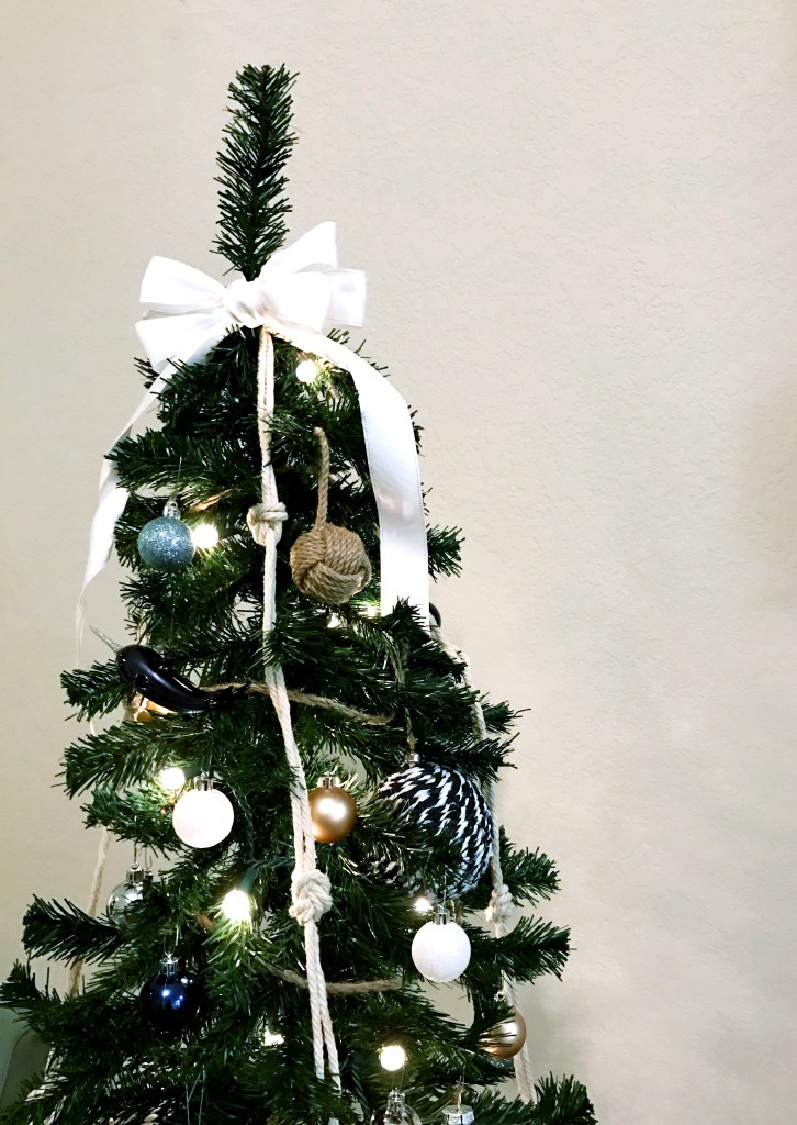 Coastal Christmas // How to Trim Your Nautical Christmas Tree. Coastal Christmas | Nautical Christmas | Christmas Tree | Beach Themed Christmas | Nautical Christmas Ornaments | Trim the Tree