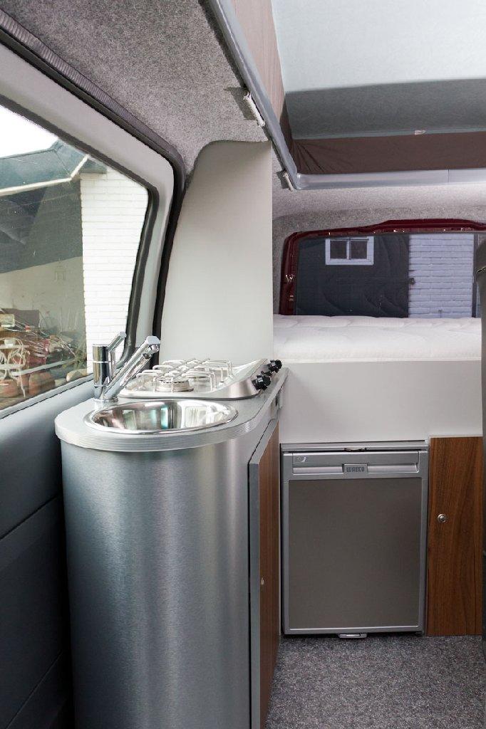 Aanrecht met koelkast en vast bed (1,4 x 2,0 meter)