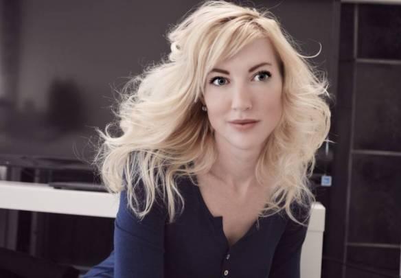 Martina Johansson är utbildad till Civilingenjör på Chalmers Tekniska Högskola i Göteborg, och har två masters: en i biokemi och en i biofysik.