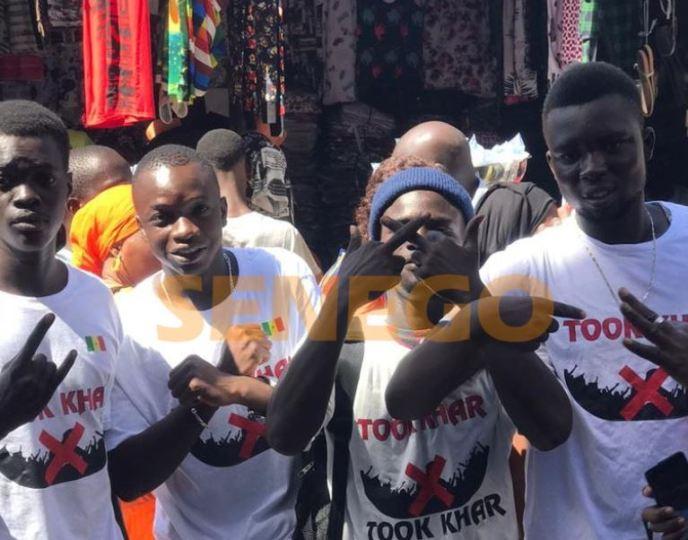 """""""Took khar"""": Des marchands ambulants de Petersen s'opposent à """"Barça wala Barsakh"""" (photos & vidéo)ParAmath DIOUF 20/11/2020 à 20:11"""