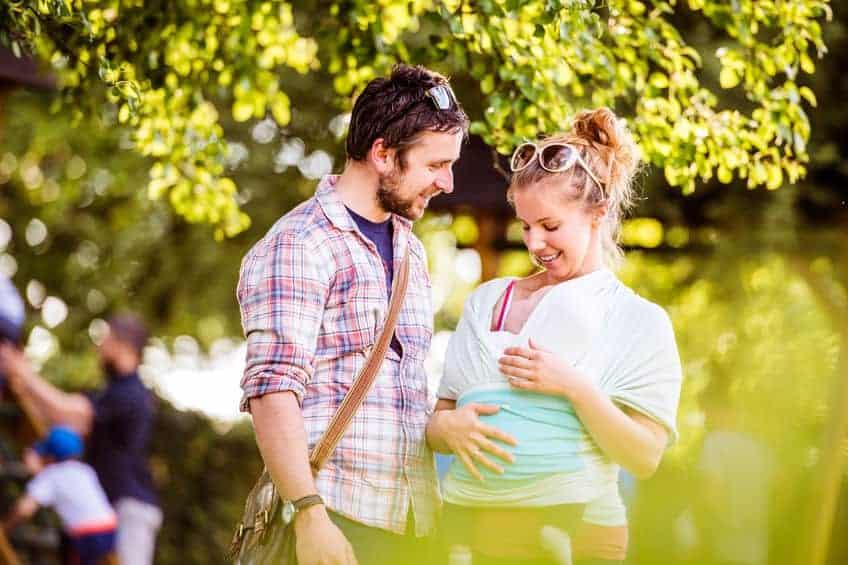 Coppia e bimbo nella fascia porta bebè