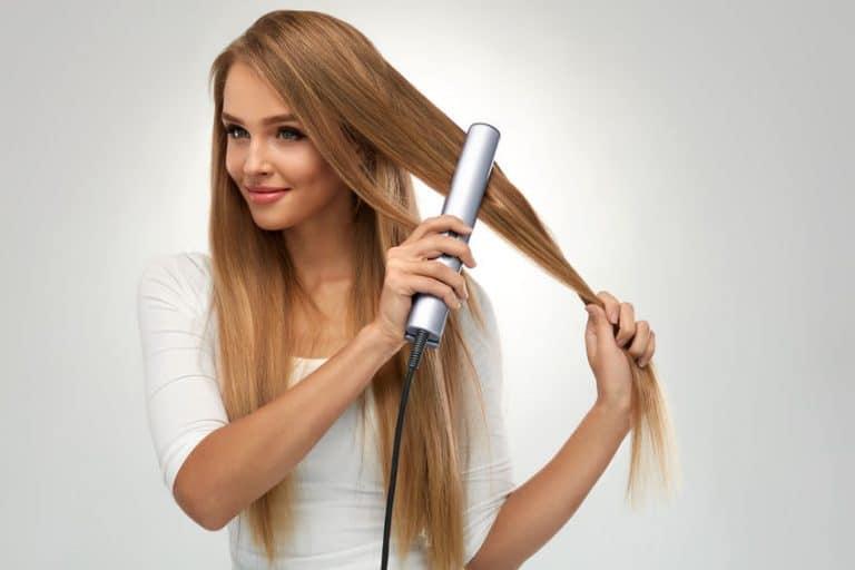 Donna che si liscia i capelli