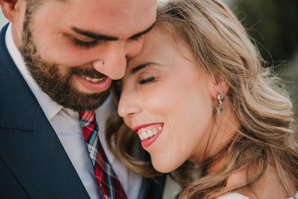 Noovia apoyada en el hombro del novio y sonriendo, fotografia de postboda en Nerja por Supercsatizo