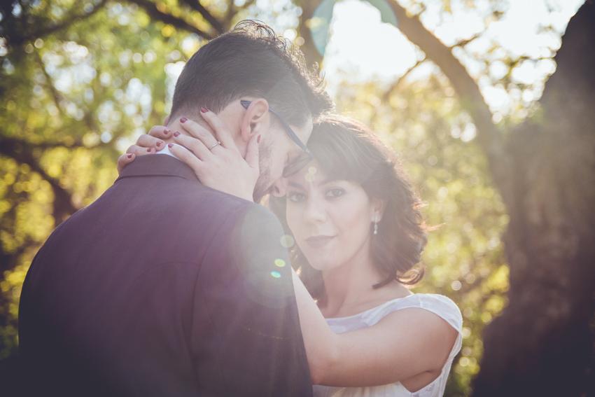 Novia abrazando a novio durante una postboda en Laguna Grande, Supercastizo foto y video, Jaen