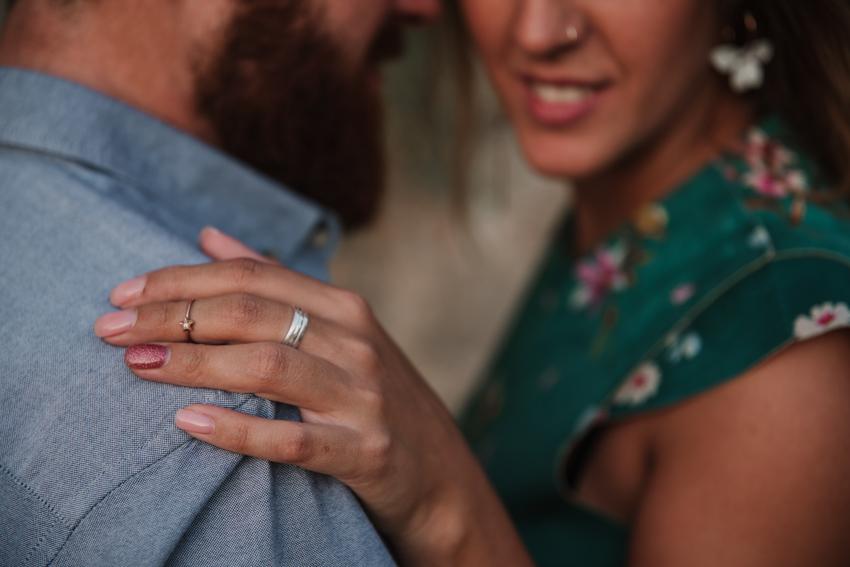 detalle de mano con anillo