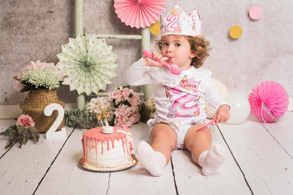 niña de dos años comiendo tarta