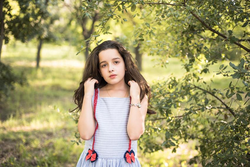 retrato de niña con el pelo suelto en exterior