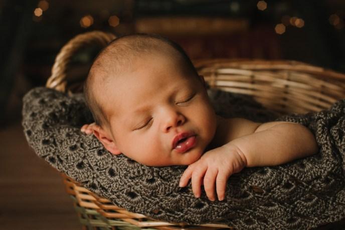 recien nacido metido en una cesta