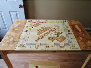 DIY βάση της monopoly πάνω σε ξύλινο τραπέζι