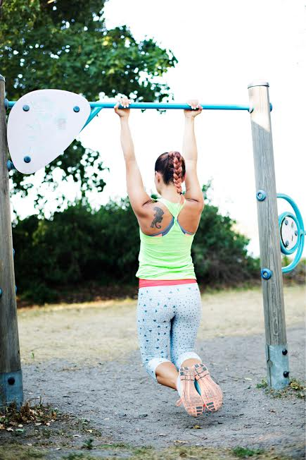 Edistyessäsi voit koukistaa jalat ja laskeutua koko matkan alas suorille käsille