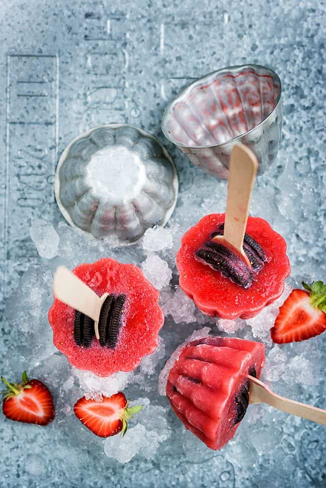 Super simple 4 ingredient Oreo and strawberry popsicles - perfect for summer!