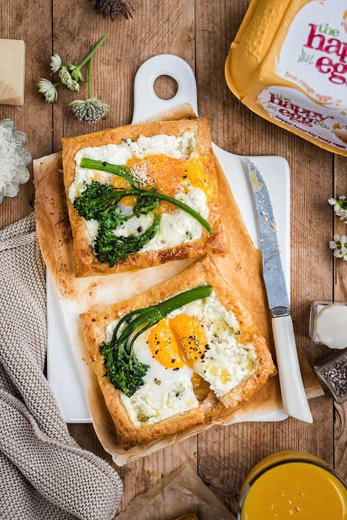 These quick goat's cheese and egg puff pastry galettes are great as a starter, breakfast or light lunch