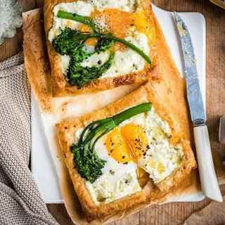 These egg and goat's cheese puff pastry galettes are a versatile breakfast, starter or light lunch that you can whip up in under 30 minutes.
