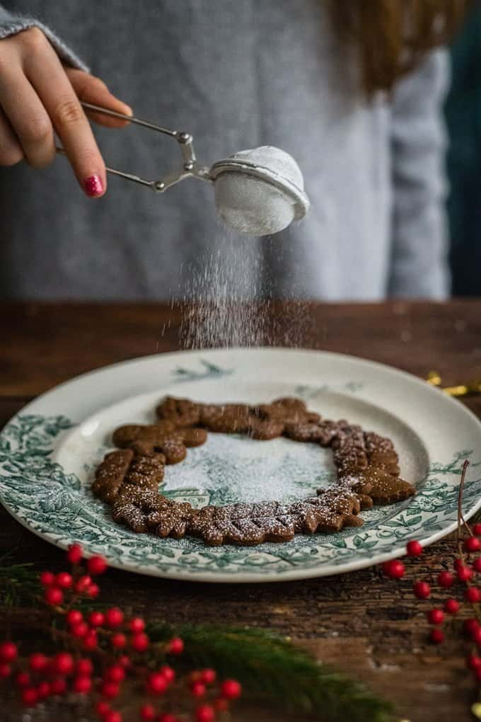 Dust your mini vegan gingerbread cookie wreaths with a little icing sugar