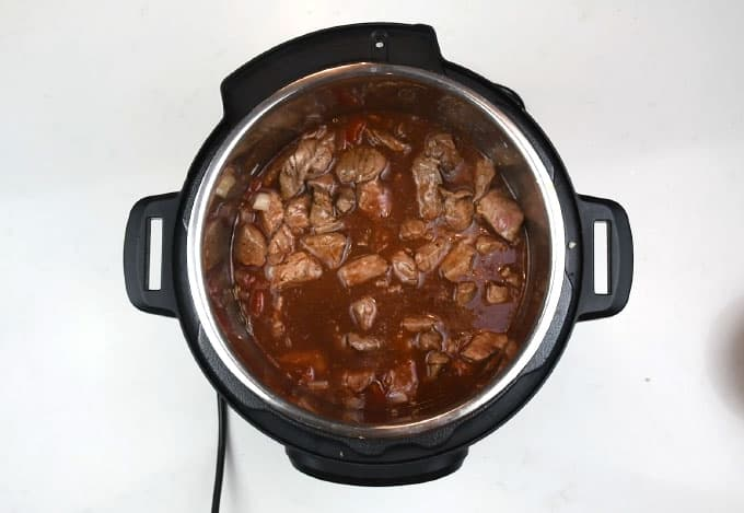 Beef stew with tomatoes and red wine