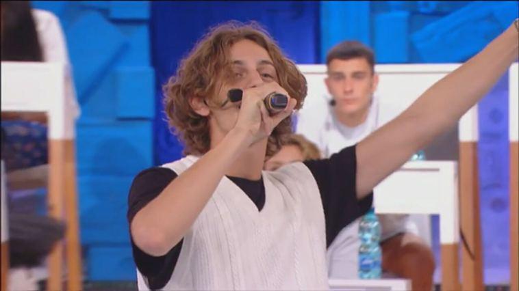 Amici di Maria De Filippi, Albe canta, balla e fa una domanda ad Alessandra Celentano   Video Witty Tv
