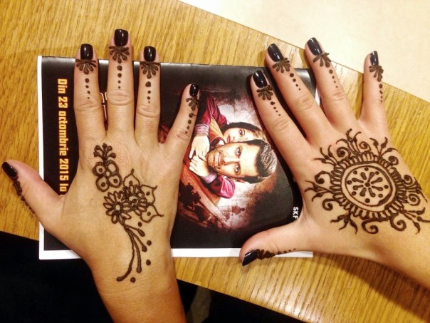 Inainte de film o domnisoara talentata ne-a tatuat cu hena :)