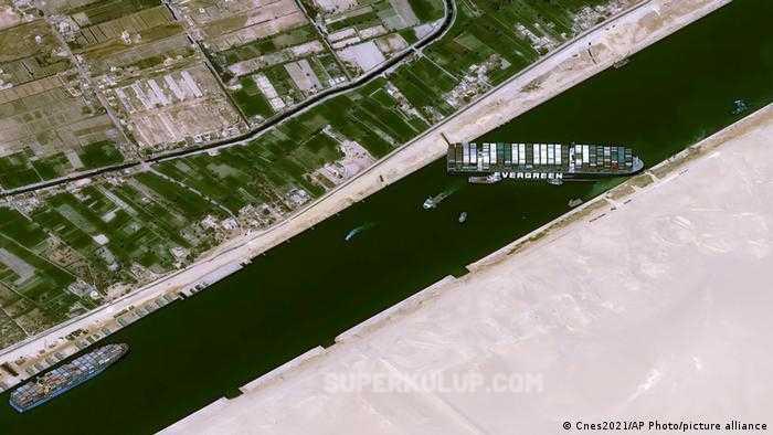 Süveyş Kanalı'nda karaya oturan yük gemisi kurtarıldı ve bekleyen tüm gemilerin geçişi tamamlandı