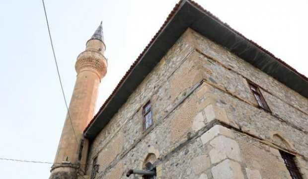900 yıllık camide, endişeli ibadet