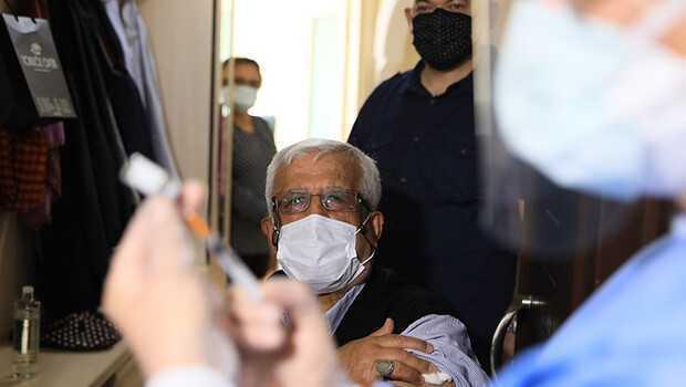 Antalya'da 'aşı ikna timi' devrede! Çatkapı gittiler, ilk doz aşıyı yaptılar