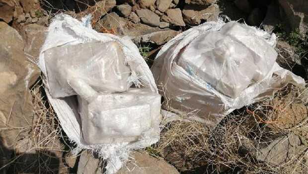 Van'da, arazide ve ölü at sırtında 102 kilo eroin ele geçirildi