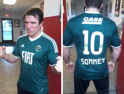 Chael Sonnen recebe e veste a camisa do Palmeiras. Foto: Arquivo Pessoal