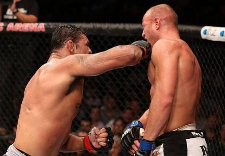 Herman (dir.) caiu no antidoping do UFC Rio 3 após ser finalizado por Minotauro (esq.). Foto: Josh Hedges/Zuffa LLC