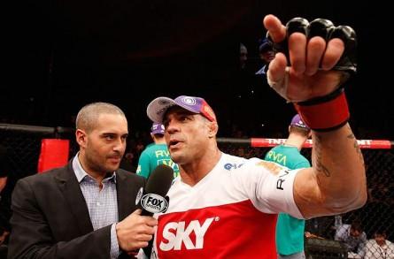 V.Belfort (dir.) quer ser o próximo desafiante ao cinturão dos médios do UFC. Foto: Josh Hedges/UFC