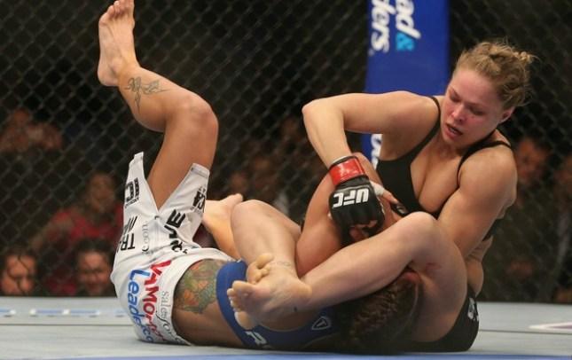 Ronda  finalizou Carmouche e se tornou a primeira mulher a vencer no UFC. Foto: Josh Hedges