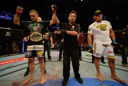 Velasquez (esq.) derrotou Pezão (dir.) e defendeu o cinturão dos pesados: Foto:UFC