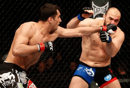 Gegard Mousasi (esq.) acerta Ilir Latifi em sua estreia no Ultimate. Foto: Josh Hedges/UFC