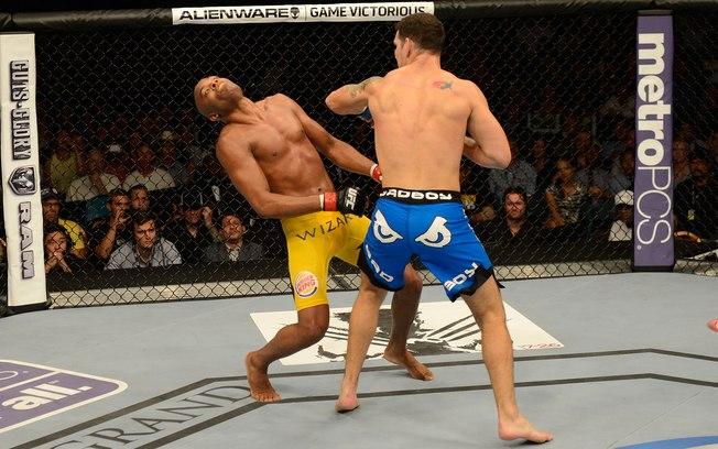 Weidman (dir.) leva A. Silva (esq.) a nocaute no UFC 162. Foto: Getty Images