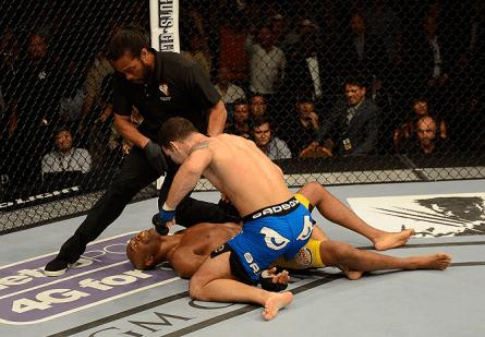 Neste momento, Herb Dean já não tinha mais dúvidas de a luta tinha acabado. Foto: Josh Hedges/UFC