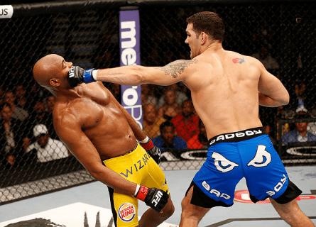 Spider (esq.) recebe golpe definitivo de Weidman (dir.). Foto: Josh Hedges/UFC