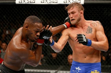 J. Jones (esq.) e A.Gustafsson (dir.) durante a luta principal do UFC 165. Foto: Josh Hedges/UFC
