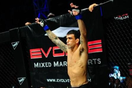 Brodinho assina contrato com o UFC. Foto: Divulgação/One FC