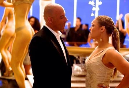 R.Rousey (dir.) contracena com Vin Diesel. Foto: Twitter/Reprodução