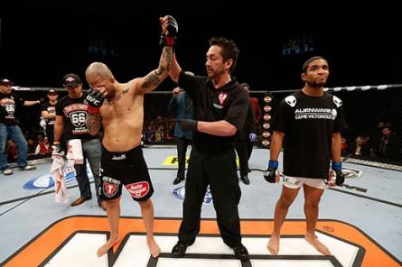 Blanco (direita) é desclassificado da luta com Corassani. Foto: Divulgação/UFC